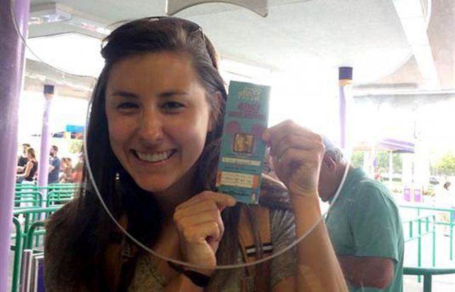 Chelsea Herline con su boleto 22 años después en Disney.