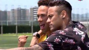 Neymar encontró a su doble y no dudó en hacerse una selfie
