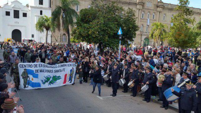 Los excombatientes de Malvinas desfilaron en el acto de conmemoración de la Revolución de Mayo en Santa Fe.