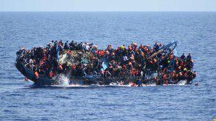 Imagen del momento exacto en que la embarcación comienza a dar una vuelta de campana.