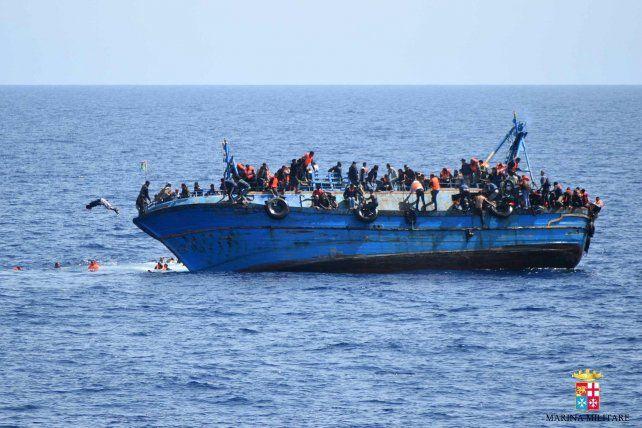 La embarcación no puede soportar el peso y comienza a inclinarse.