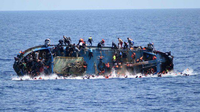 Los refugiados no pueden sostener el equilibrio y caen al Mediterráneo.