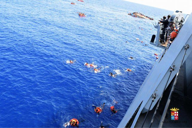 Efectivos de la Marina italiana comienzan las operaciones de rescate.