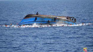 El bote ya dio una vuelta de campana y los náufragos intentan salvar sus vidas.