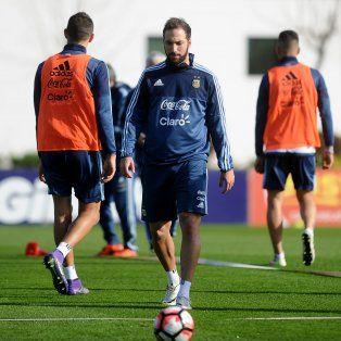Pipita Higuaín jugó cono delantero en el equipo que probó hoy el DT Gerardo Martino en la práctica de la selección nacional.