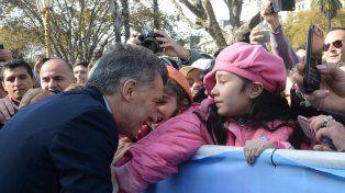 Mauricio Macri saluda a la gente antes de dirigirse hacia la Catedral Metropolitana.