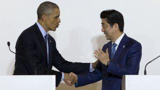 Gira oficial. Obama saluda a su arribo al premier nipón Shinzo Abe.