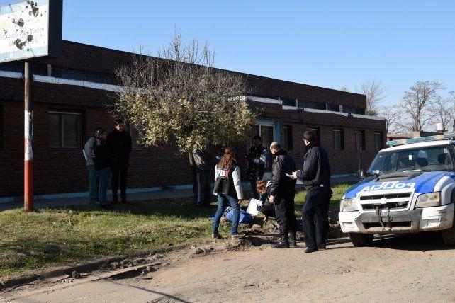 En los yuyos. El cuerpo sin vida de David Gabriel Roja quedó tendido frente al Centro de Salud Itatí.