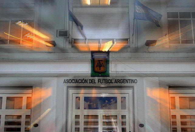 Tiembla. La casa madre del fútbol argentino siente los cimbronazos.