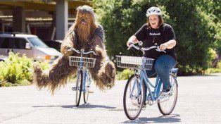 Candace Payne y Chewbacca pedalean por las calles de Facebook