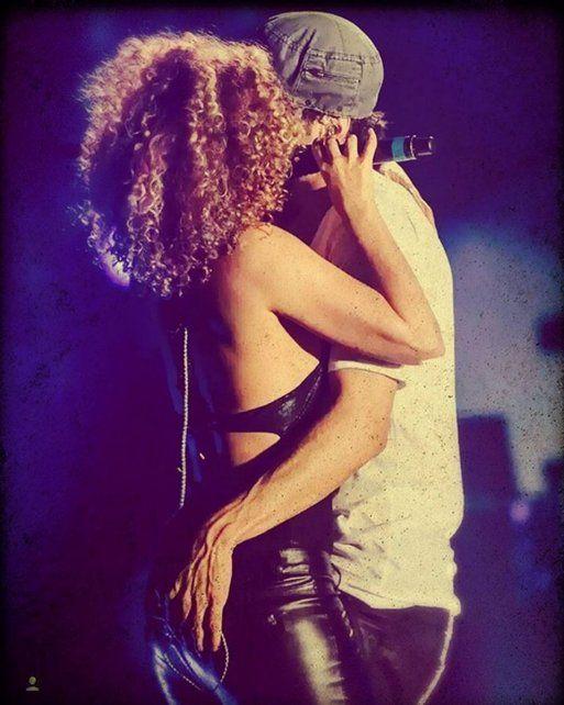 El sensual baile de Enrique Iglesias con una cantante y una manito de más