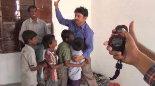 Krishna Kumar acaba de realizar su último abrazo y la gente de Guinness World Records muestra la marca.