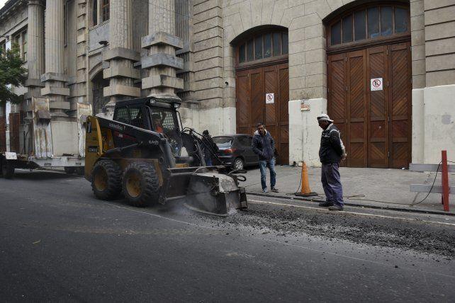asfaltando. El municipio desplegó 16 cuadrillas en diversos sectores.