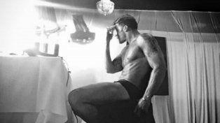 La imagen muestra el momento en que Ricky se maquilla antes de saltar al escenario en Rosario.