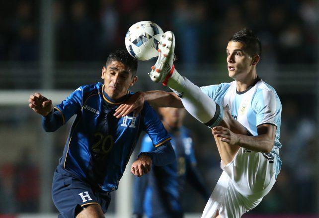 Argentina le gana a Honduras, pero Messi salió con una molestia y encendió la alarma