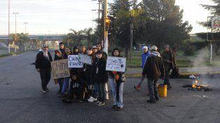 Los familiares y amigos de Franco expresaron su dolor y malestar el lunes en el acceso a Villa G. Gálvez.