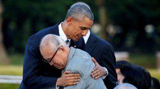 Homenaje. Obama con el premier Shinzo Abe. Conmovedor abrazo con un sobreviviente de la fatal explosión.