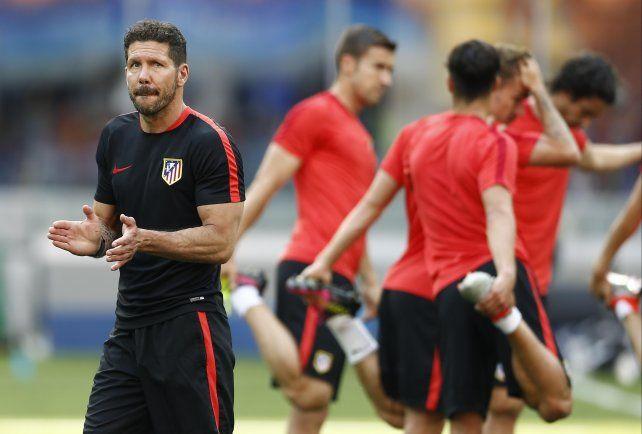Sello argentino. El entrenador aplaude a sus futbolistas durante el reconocimiento al campo de juego del San Siro. Simeone cuenta en el plantel con Augusto Fernández