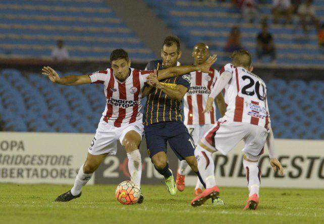 Fase de grupos. Delgado intenta superar a dos jugadores de River (U) en el Centenario. Allí fue el incidente.