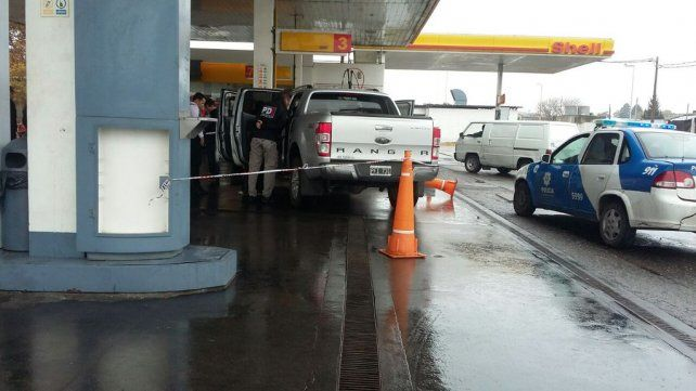 La camioneta que conducía el abogado. La policía trabaja en el lugar.