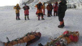 Montañistas nepalíes realizando operaciones para bajar cuerpos. Los helicópteros llegan hasta el Campamento 2