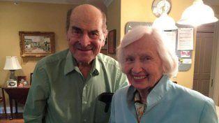 Providencial. El cirujano Henry Heimlich (96) junto a Patty Ris (87).