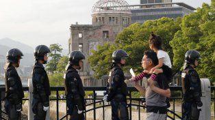Recordación. Policías custodian el memorial de Hiroshima previo a la histórica visita de Obama a la ciudad.