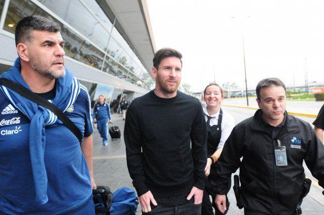 En casa. Lionel Messi arribó ayer a las 17.10 al aeropuerto Islas Malvinas. Leo sufrió una fuerte contusión en la zona lumbar en el amistoso del viernes con Honduras.