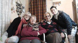 En familia. Con mamá Alejandra y los abuelos Bety y Miguel