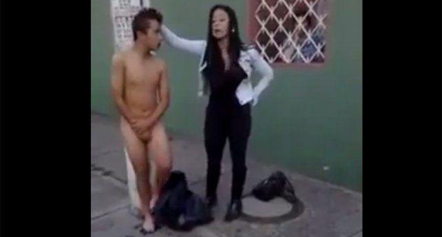 La mujer obliga al ladrón a desnudarse en plena vía pública y a marcharse sin su ropa.