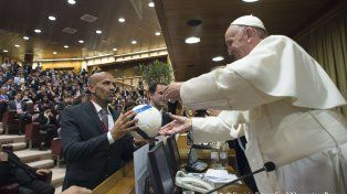 Juan Sebastián Verón y el Papa Francisco en la reunión de la Fundación Scholas Occurrentes.