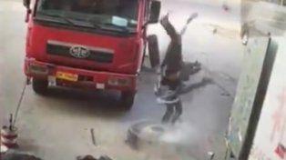 Un mecánico salió disparado por el aire al estallar la rueda de camión que intentaba arreglar.