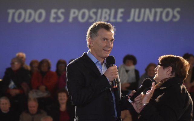 Mauricio Macri junto a una jubilada el viernes pasado cuando se presentó el proyecto que será enviado al Congreso.