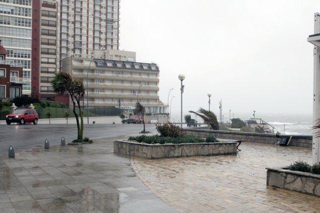 El clima castigó a Mar del Plata y los pronósticos aseguran que continuará el temporal.
