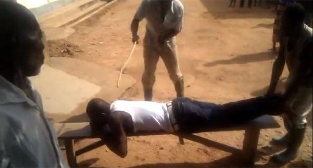 El hombre fue sorprendido con otra mujer en la cama y sufrió el castigo en público.