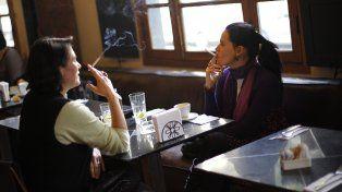 Cada vez son menos los bares donde se encuentra gente fumando.