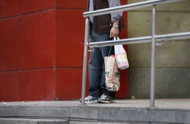 Desde abril los supermercadistas debían entregar tres bolsas por persona pero decidieron suspender la provisión a sus clientes.