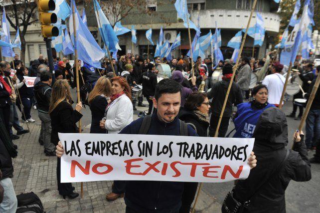 Trabajadores de Casa Bleger se manifestaron frente al Ministerio de Trabajo.