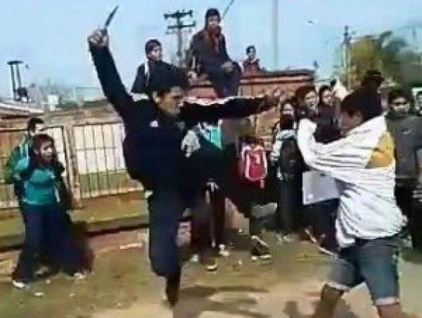 Escándalo en la puerta de un colegio por una pelea con cuchillos, cadenas y piedras