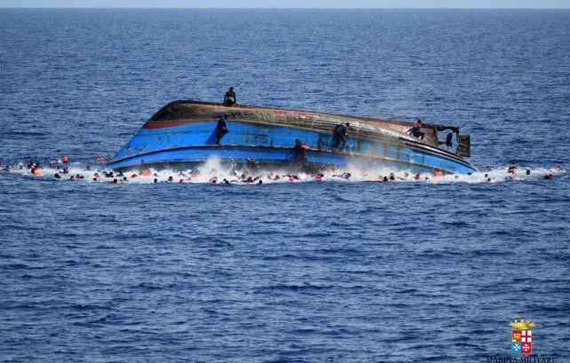 Travesía fatal. Una precaria embarcación zozobró el pasado 25 de mayo en la ruta marítima de Libia a Italia.
