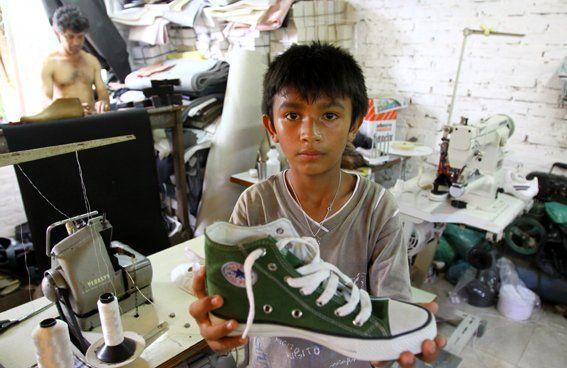 Tiempos modernos. El trabajo infantil en talleres de ropa o zapatillas es una de las formas de esclavitud.