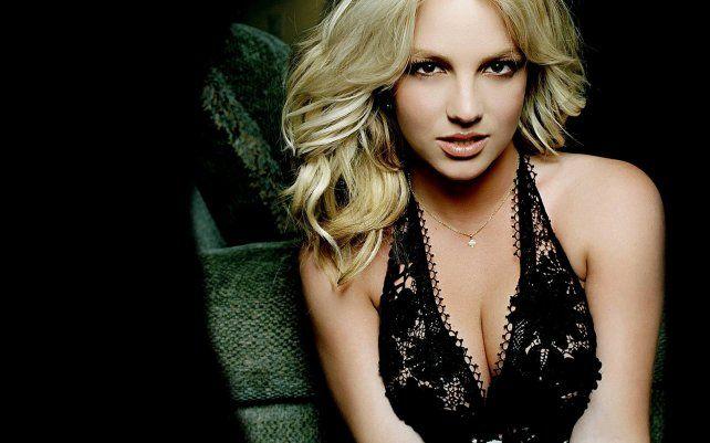 Sonriente y escultural, Britney Spears anticipa su disco con un video desde el agua