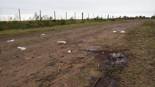 Los rastros elocuentes en el lugar donde ejecutaron a Vizconti. Guantes de látex y un gran manchón de sangre en la tierra