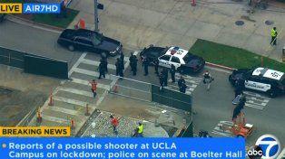 El campus de la Universidad de Los Angeles (UCLA) fue bloquedo por móviles de la policía.