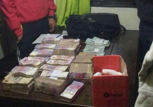 Soprendidos por un control de Gendarmería tiraron un millón de pesos del auto.