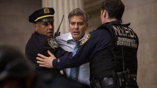 George Clooney interpreta a un gurú de Wall Street que es tomado como rehén por un inversor en medio de un programa de televisión en vivo.