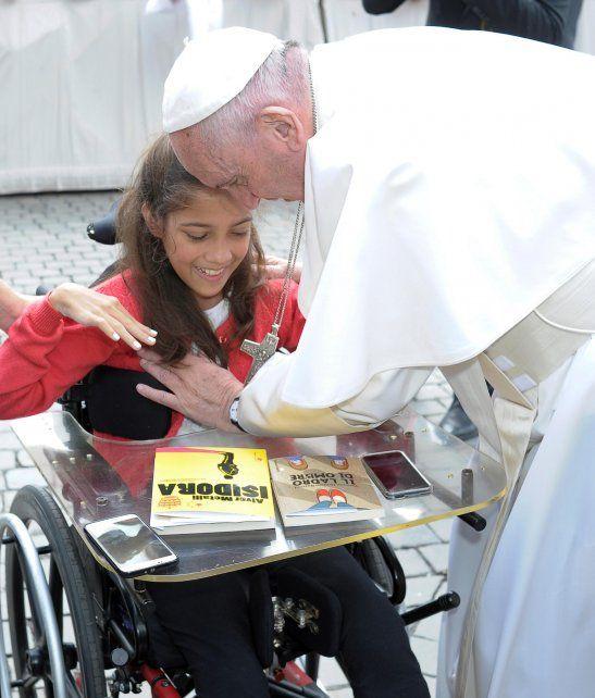 Alegría. El pontífice saludó a Verónica al término de la audiencia general.