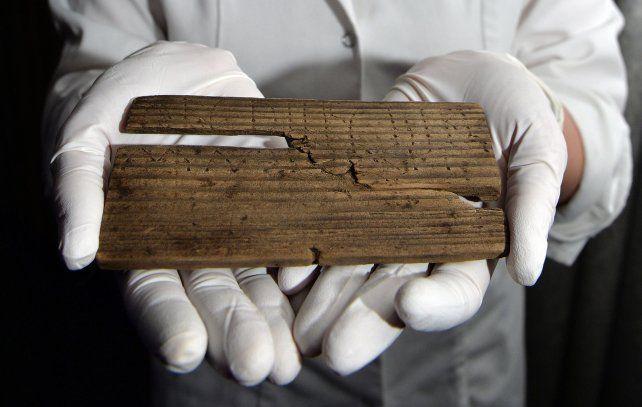 Sorprendente. La tablilla manuscrita que originalmente estaba recubierta con una capa de cera.