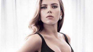 Se filtran nuevas fotos íntimas de Scarlett Johanson tomándose selfies desnuda en la cama