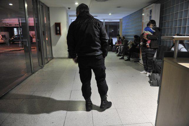 vigilados. Un policía custodiaba ayer el centro de salud que funciona en la Maternidad Martin.